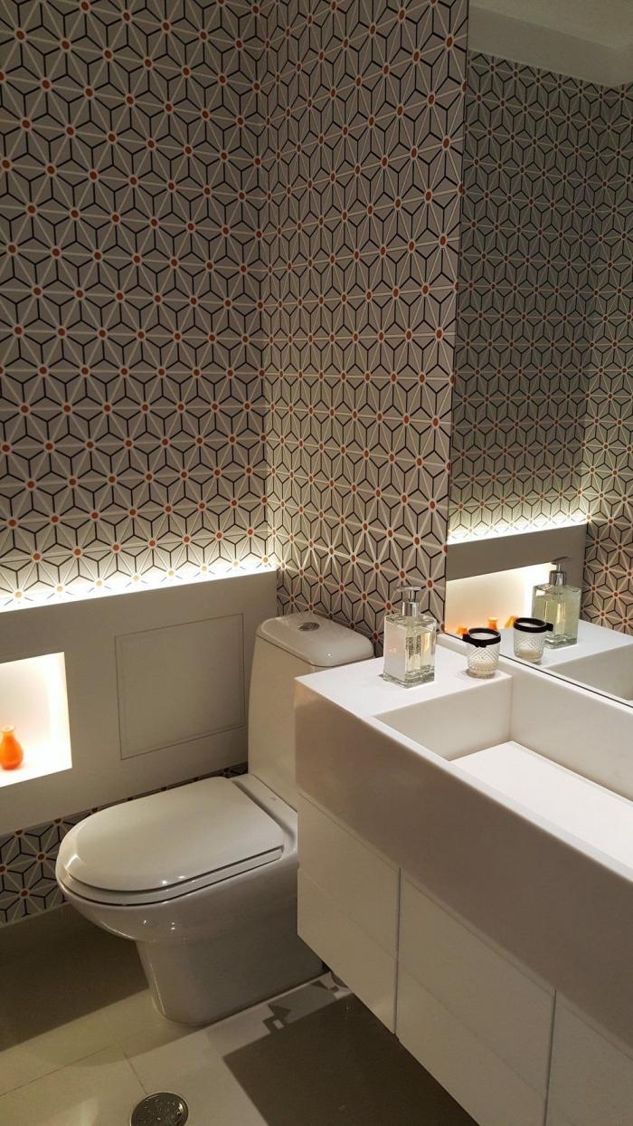 deco wc moderne aux murs habillés en papier peint couleurs neutres motifs graphiques, design toilette moderne