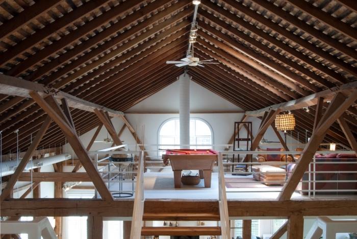 renovation grange mezzanine, décoration espace sous combles en blanc et bois avec accents en métal et objets déco rouges
