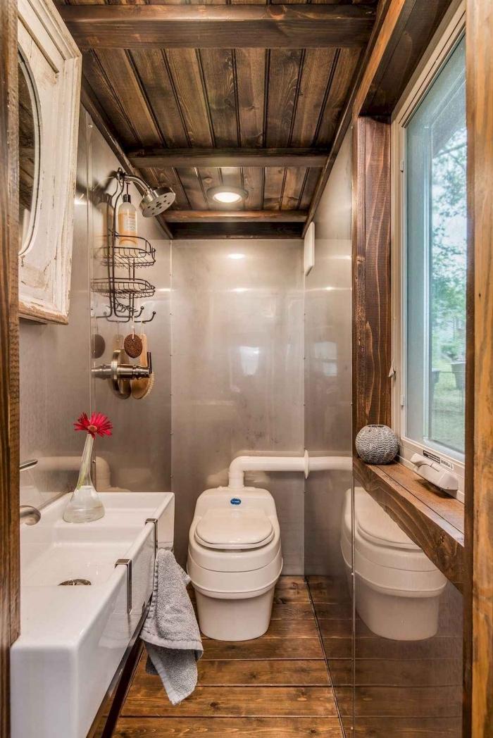 décoration de styles rustique et industriel dans les toilettes, exemple revêtement mural toilettes en gris clair