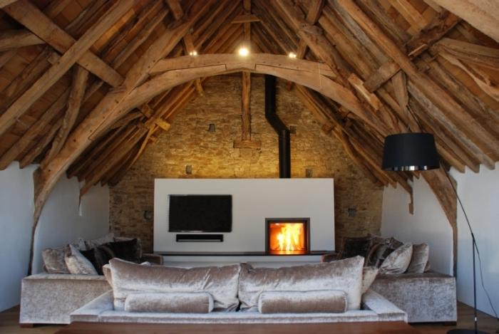 idée aménagement grange, décoration salon mur blanc et briques avec plafond rustique, meubles salon velours