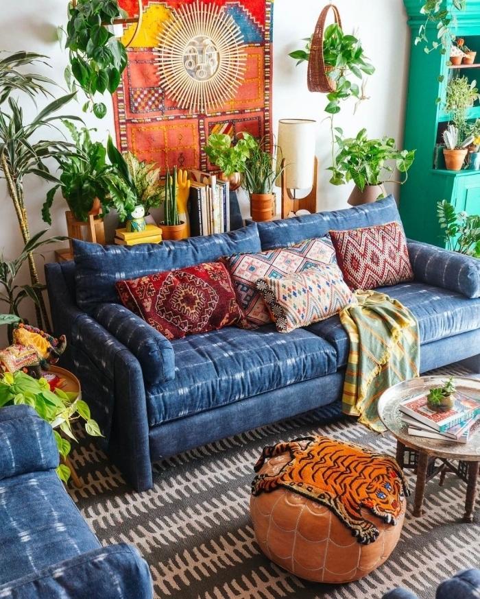 modèle de miroir soleil rotin dans un salon jungalow, idée décoration intérieur avec objets colorés et plantes d'intérieur