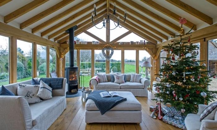 grange aménagée aux murs baies vitrées avec plafond blanc et bois, décoration salon rustique en blanc et bois