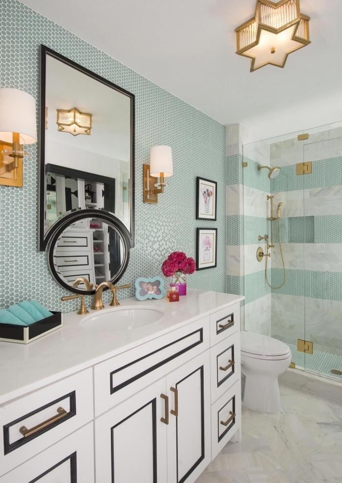 idee deco wc en blanc et vert, meuble lavabo toilette en blanc avec accents noirs et métal, idée carrelage toilette