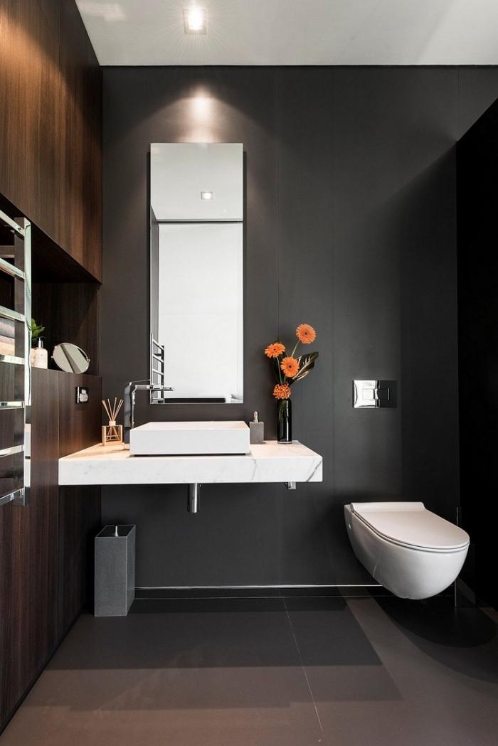 toilette deco contemporaine aux murs gris anthracite avec meuble rangement mural en bois foncé, agencement toilette avec cuvette suspendue