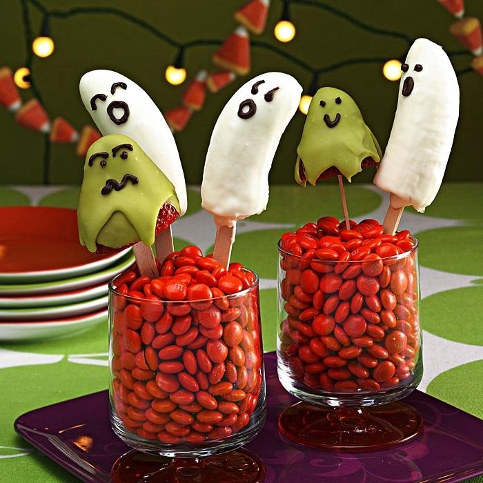 sucettes apéro de banane et fraise, recettes faciles pour un apéro d'halloween, déco de table pour halloween