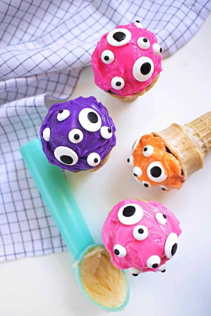 cornets de glace au glaçage coloré décoré de bonbons yeux, recettes d'apéro faciles pour halloween