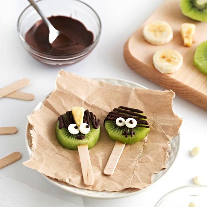 sucettes de kiwi au glaçage chocolat façon petits monstres d'halloween, recette gateau halloween maternelle