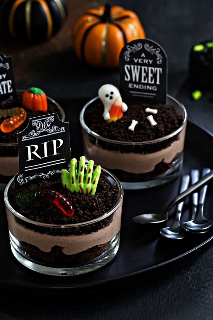 verrine d'halloween façon cimetière, dessert en verrine à la mousse au chocolat et brownie