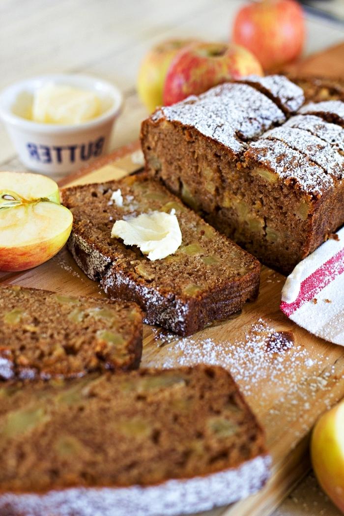 pain aux pommes et à la cannelle, gâteau moelleux aux pommes pour le petit-déjeuner ou le goûter