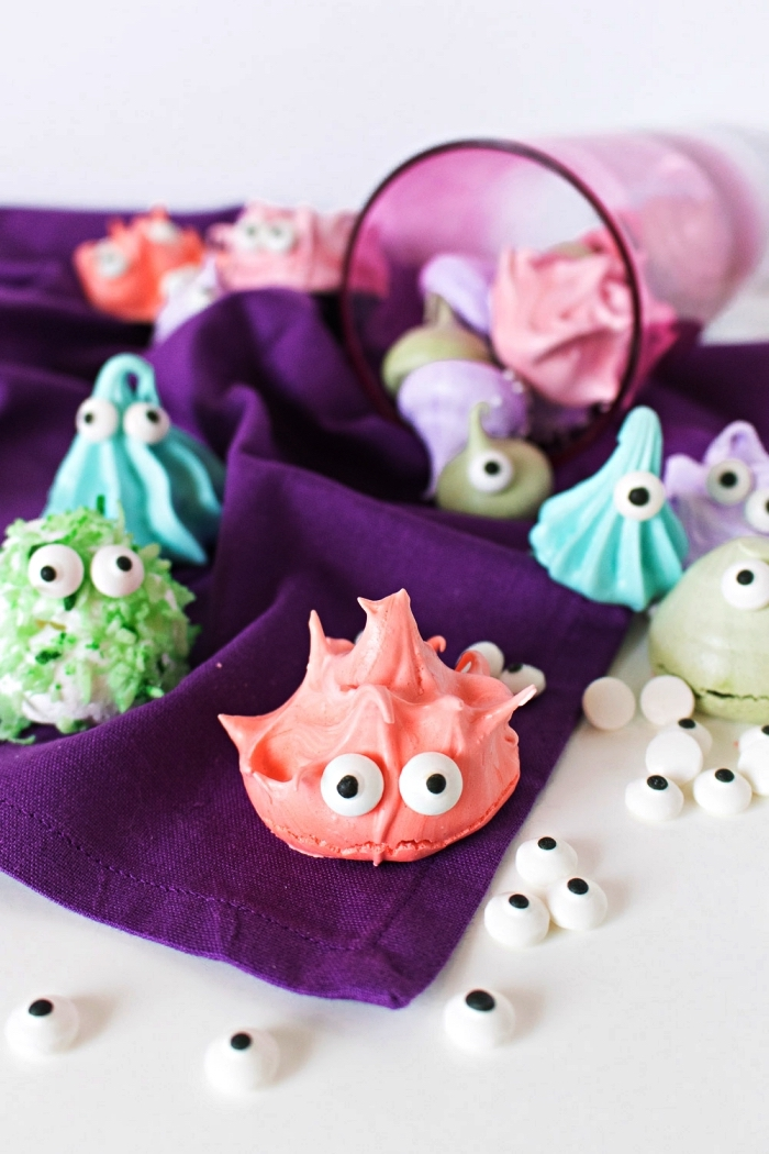 mergingues colorées façon petits monstres d'halloween, idée de recette sucrée originale pour l'apéritif halloween