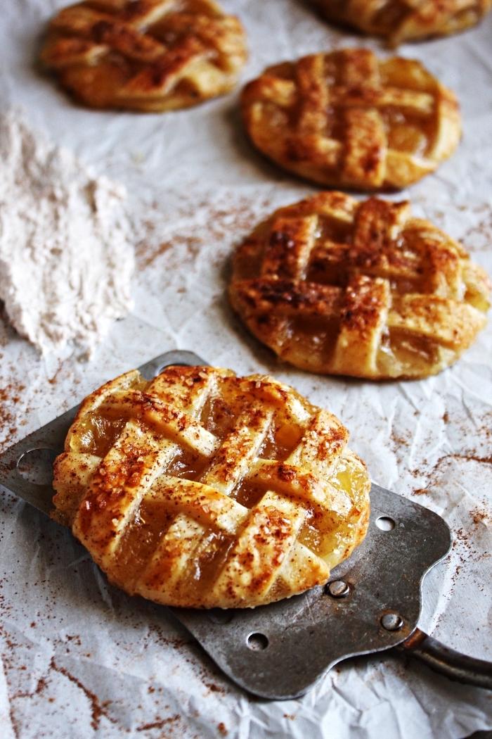 petites tourtes à la pomme et à la cannelle, dessert aux pommes vite fait, feuilletés à la pomme faciles