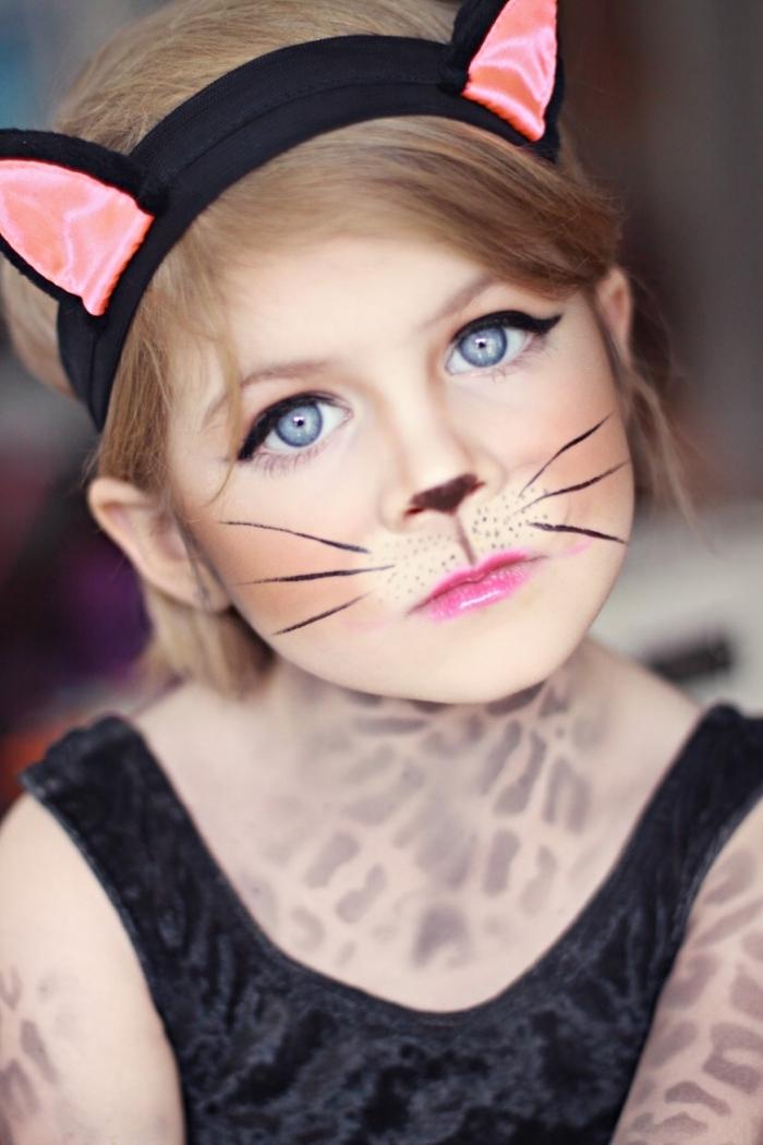 idée maquillage halloween enfant, maquillage simple enfant avec moustaches chat en eyeliner noir et rouge à lèvre rose