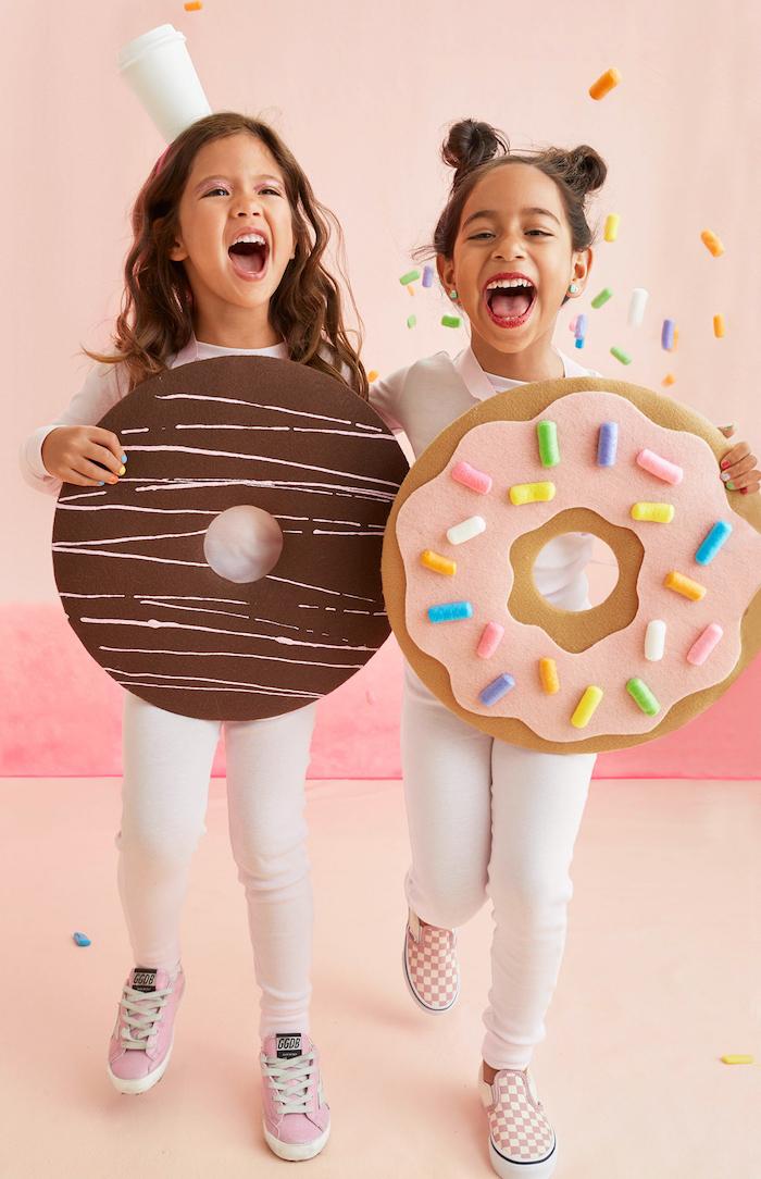 Deux amies habillées comme cookies, deguisement bebe fille, impressionner ses voisins, costume en commun pour filles
