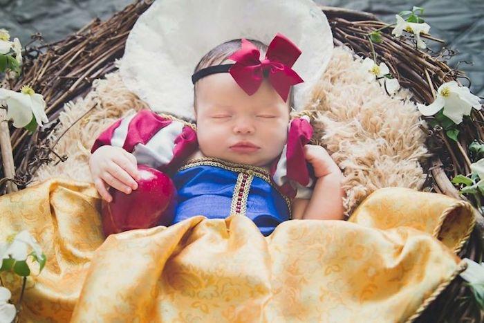 Bébé habillée comme la blanche neige Disney, déguisement halloween pour bébé, fête de halloween deguisement