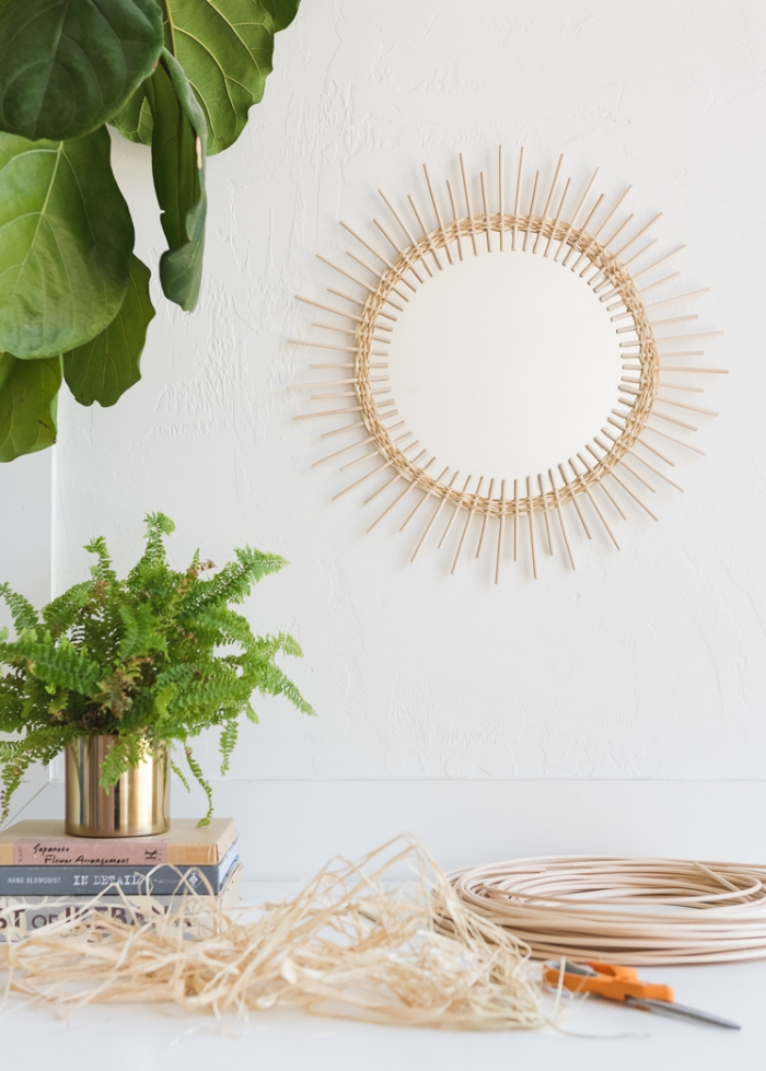 design chambre à coucher bohème chic avec objets DIY, modèle de miroir rotin fait main avec miroir rond et rotin