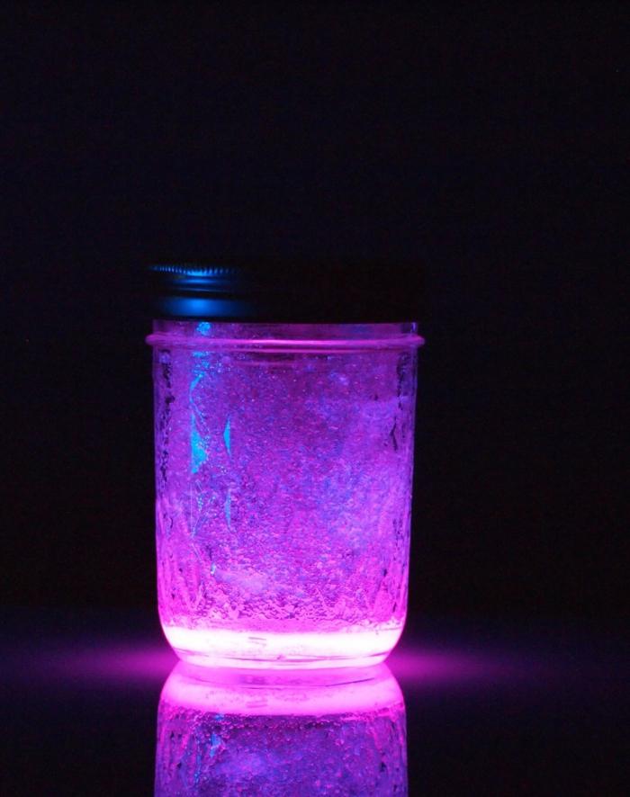 idée cadeau bricolage, faire une lampe avec bocal et bâton lumineux, activité manuelle facile et rapide adulte