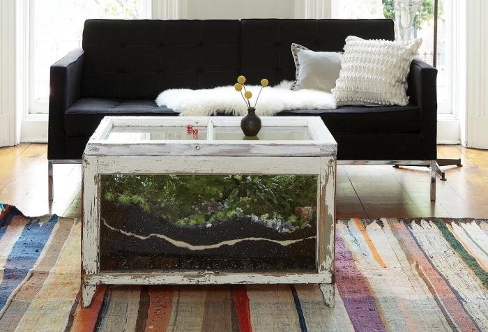comment décorer son salon de style rustique avec une table café diy, modèle de terrarium plante en grosse taille
