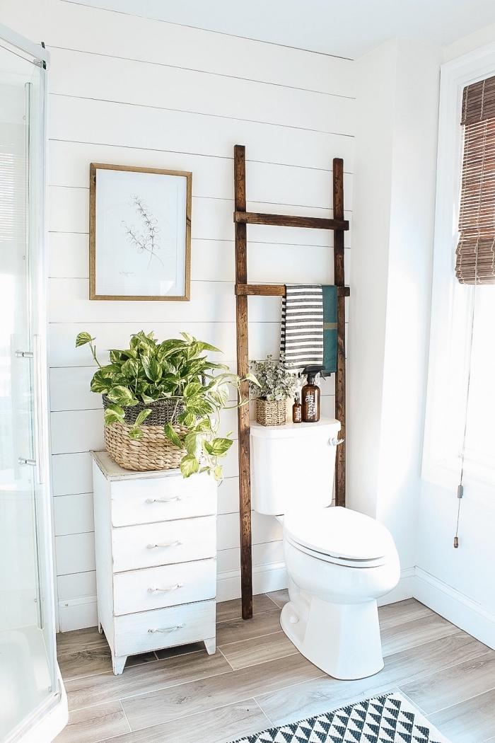 design intérieur de style minimaliste, amenagement toilette avec meubles bois blanc et accessoires en fibre végétal