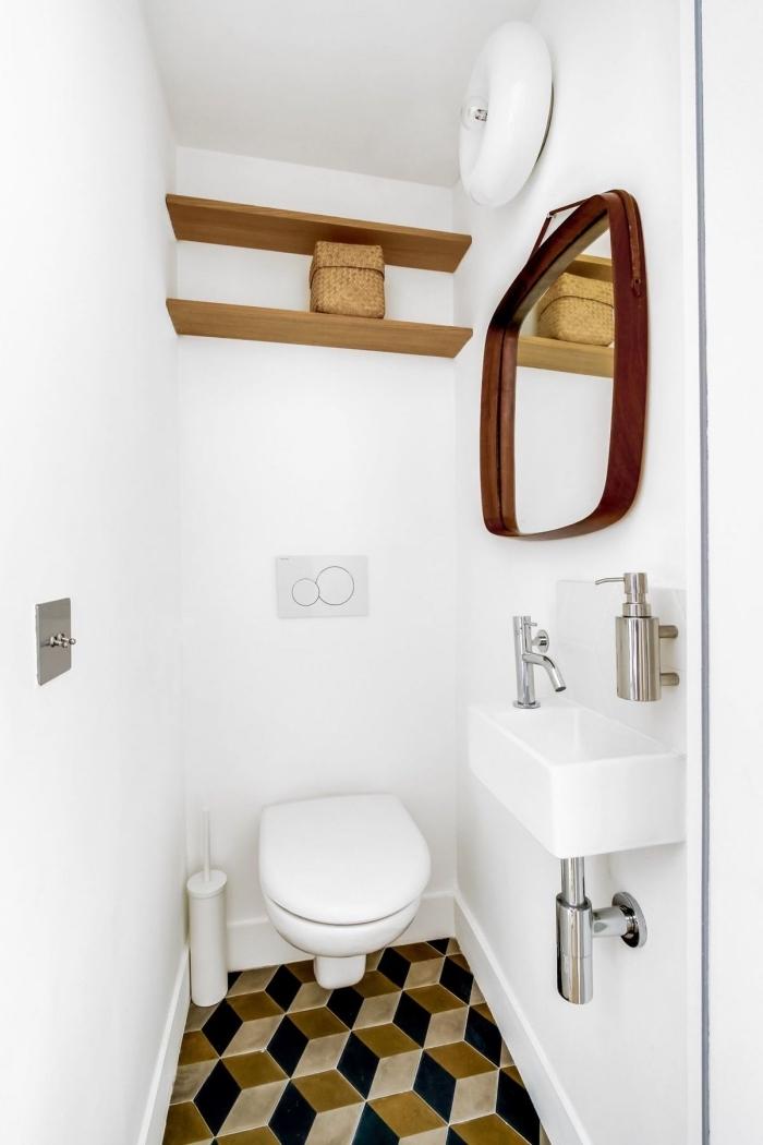 amenagement toilette avec rangement mural en forme d'étagère bois, idée déco wc aux murs blancs avec objets bois