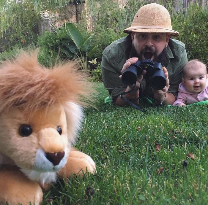 Père déguise son bébé dans le jardin, photo deguisement halloween garcon, célébrer Halloween en famille, le roi lion Simba en peluche