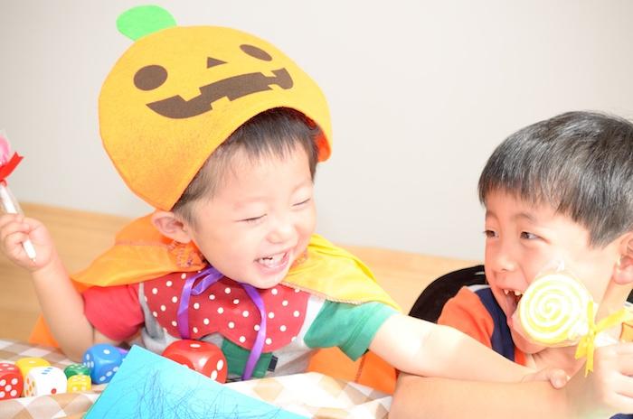 Deux frères qui choisissent ses bonbons de Halloween, idée combinaison bébé animal, déguisement halloween pour bébé
