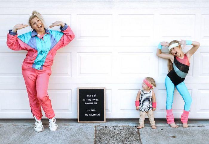 Mère et enfants ravies pour Halloween, compter les jours avec différents costumes, deguisement halloween maison, idée déguisement drôle