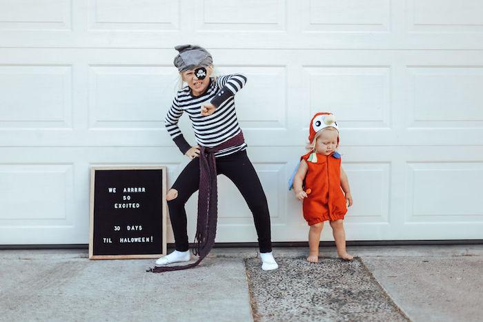 Enfants costumes en commun, perroquet et pirate idée costume halloween facile, déguisement drôle pour deux