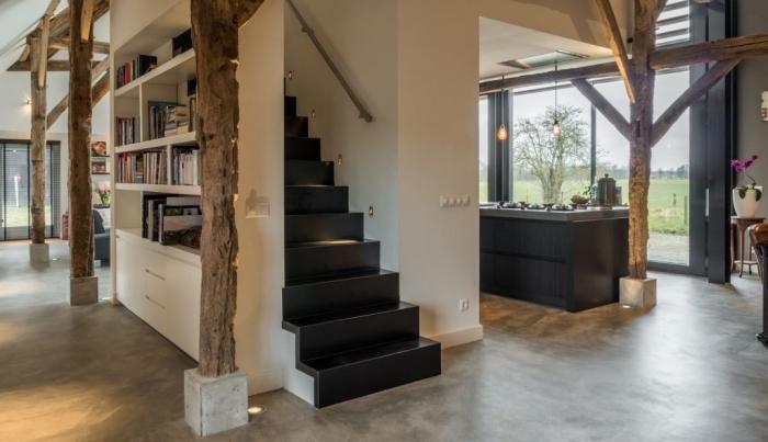 design intérieur moderne dans une grange transformée en maison, déco contemporaine avec accents noir mat et bois