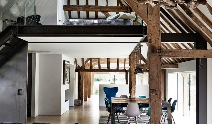 aménagement grange à deux niveau, idée déco grange en maison de style moderne avec accents en bois brut