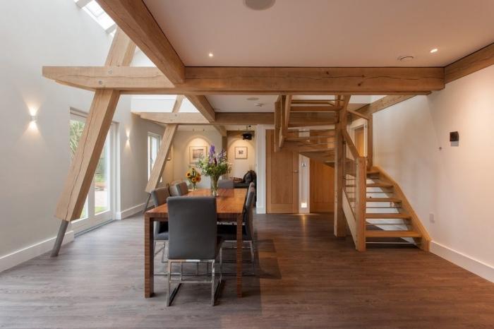idée transformation grange en habitation, décoration grange mezzanine à deux niveaux avec salle à manger bois et blanc
