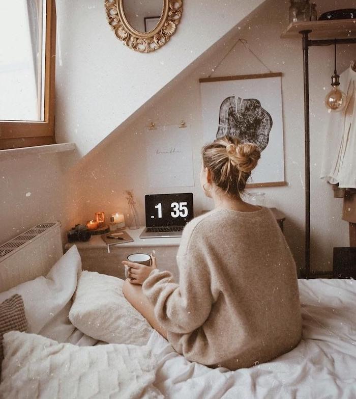 pinterest chambre cocooning, chambre sous pente, lit en blanc, miroir rond vintage sur un mur, dressing ouvert, petit coin bureau sous pente