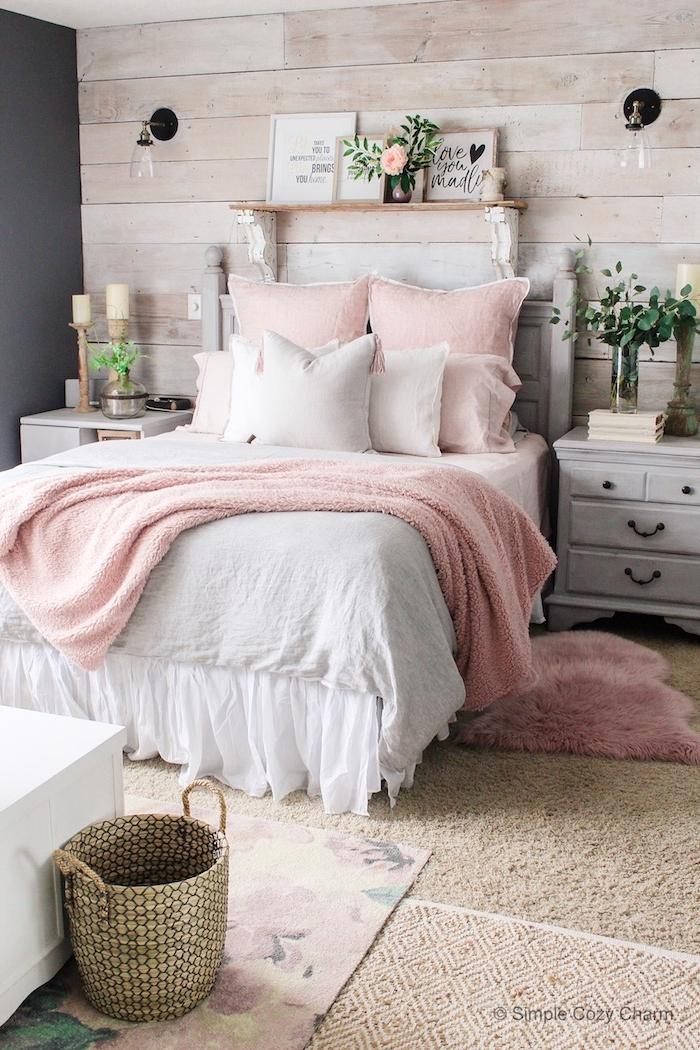 deco chambre campagne chic, idee chambre rose et gris, table de nuit gris patinée, mur de bois, coussins et couverture de lit rose