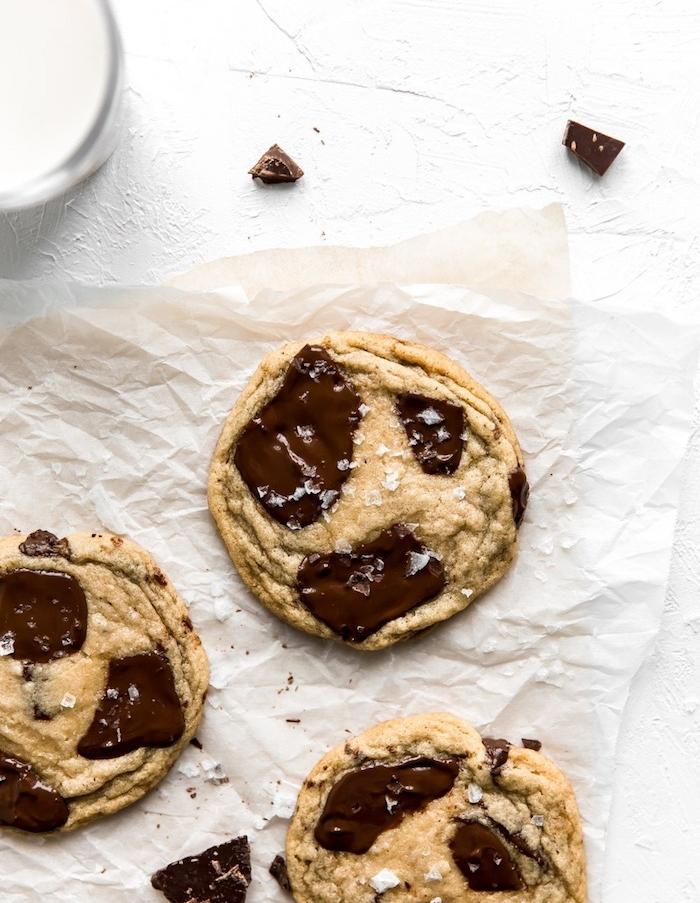 recette cookies moelleux americain aux copeaux de chocolat et sel en top, idee de petit de dejeuner enfant