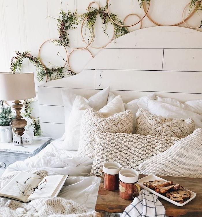 housse de coussin tricot, linge de lit blanc et couverture de lit tricotée, tete de lit bois recyclé, deco tete de lit cerceaux de bois végétalisés couronnes diy, plateau de service hygge