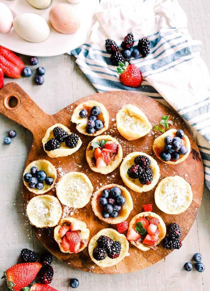 idee de pancake allemande, creps allemandes miniatures cuites au four avec toppings variés de fruits rouges