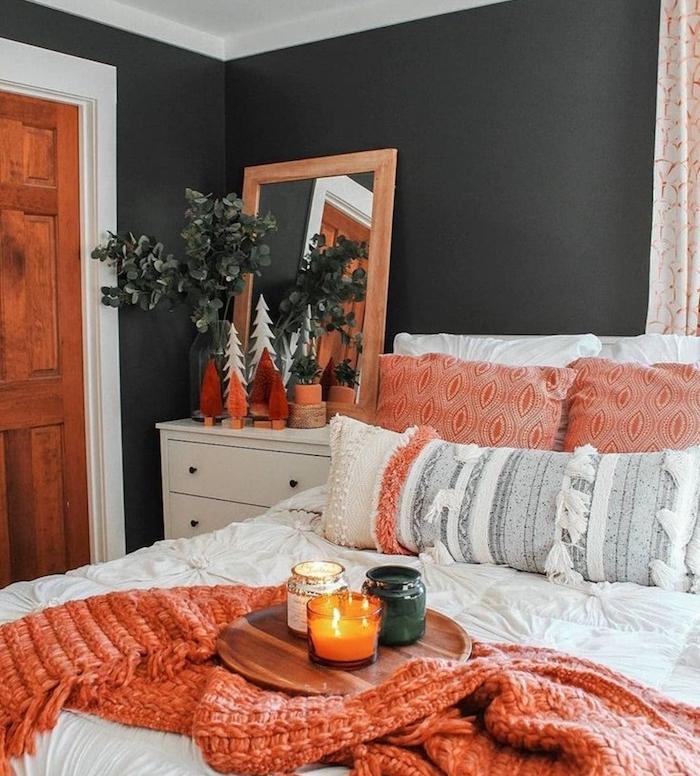 peinture murale grise, linge de lit blanc et orange, chevet deco mini sapins decoratifs en rouge et blanc, deco chambre automne cosy