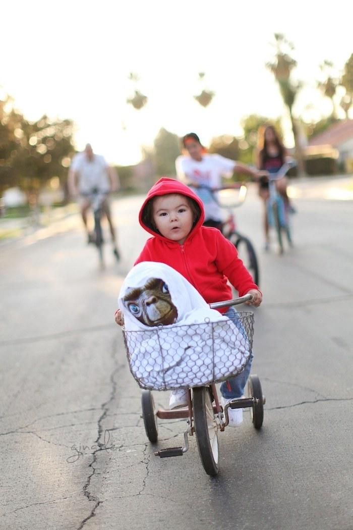 Bébé et son bicyclette déguisement halloween pour bébé du film E.T. l'extra-terrestre deguisement enfant