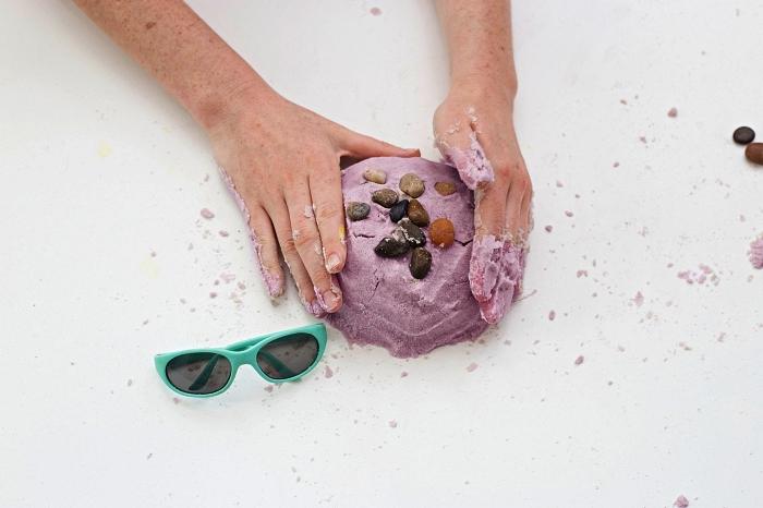 comment fabriquer du sable magique, du sable cinétique à faire soi même, activité sensorielle pour enfants avec du sable magique fait maison