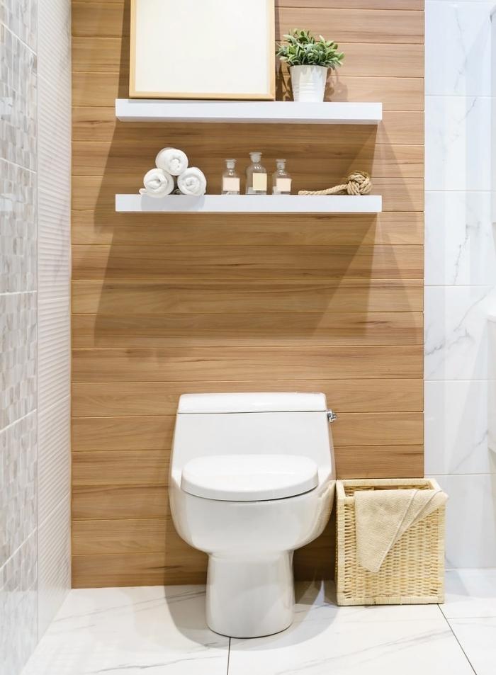 amenagement wc avec meubles blancs, déco toilette de style scandinave en blanc et bois avec carreaux effet marbre
