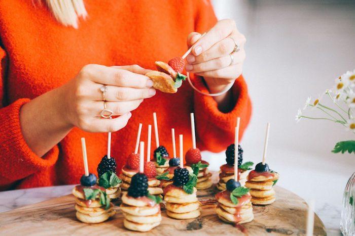 idee brochette apero dinatoire facile, mini pancakes et confiture sirop de fruits rouges, mures et framboises en top