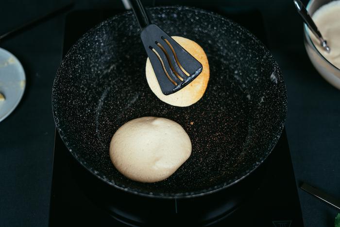 comment faire cuire des cerepes, pate a crepe facile a faire soi meme, retourner les pancakes