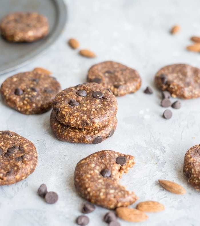 faire de cookies sans gluten aux noix, pépites de chocolat, dattes, amandes, recette cookies energetiques riches en protéines