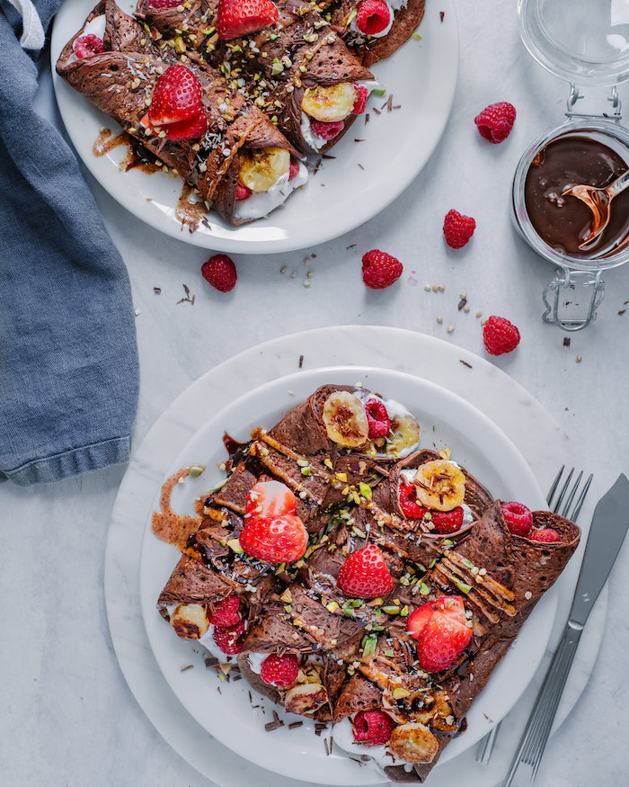 idee pour faire des crepes vegan facilement avec du cacao dans la pate a crepe et topping de beurre d amande et chocolat pour servir