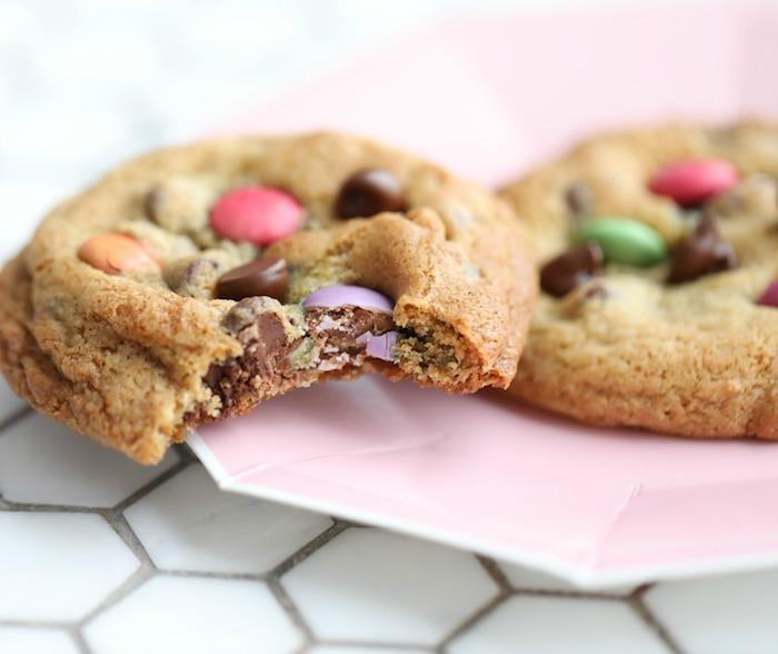 repas d anniversaire gouter original, biscuit sablé cookie aux mms, bonbons colorés, dessert léger et frais