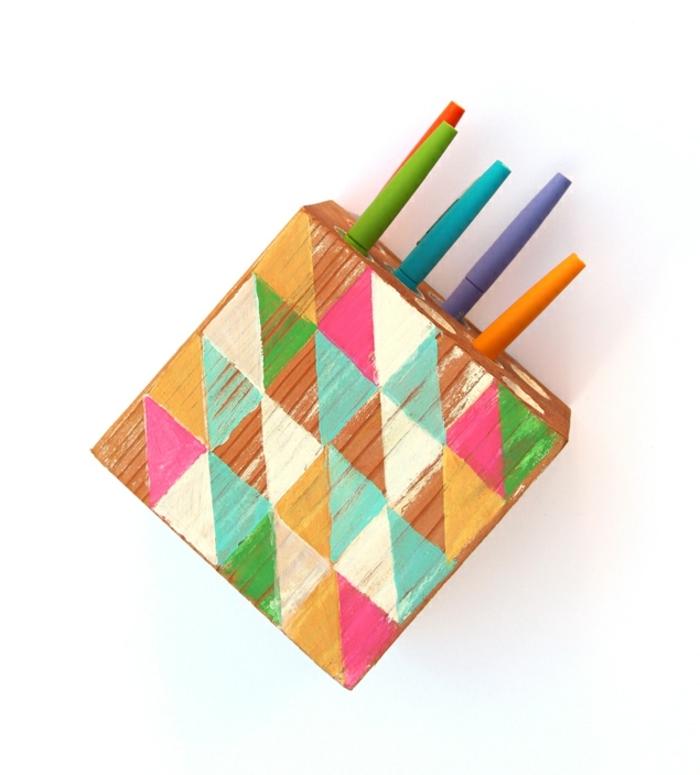 bricolage decoration facile, modèle de pot à crayon diy en bois, morceau de bois percé avec trous pour crayons