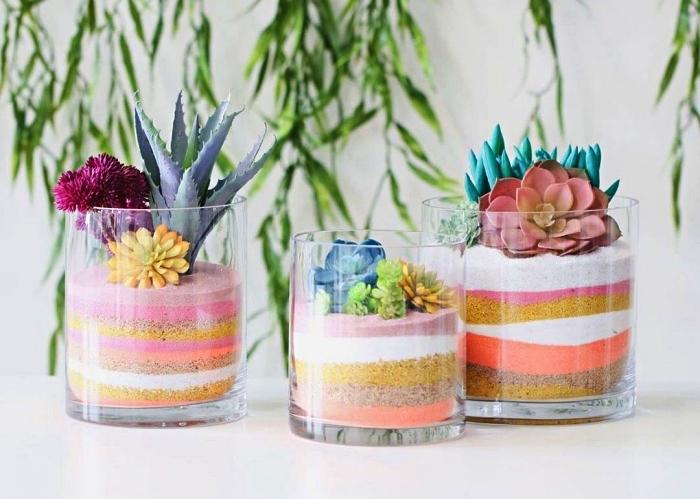 terrarium avec plantes grasses et des couches de sables naturels et colorés, petit bricolage avec du sable décoratif