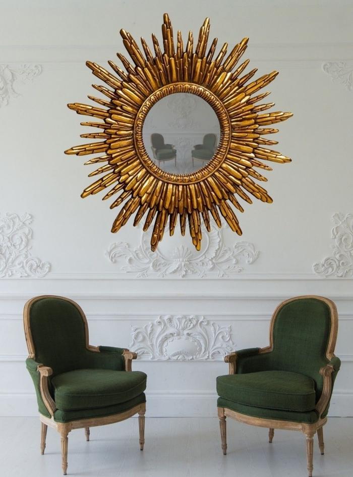 design intérieur style luxueux salon, idée pièce aux murs et sol blancs avec objets déco miroir doré et fauteuils verts