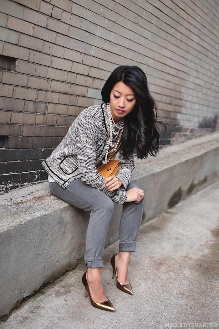 Tenue blogueuse, moderne idée comment s'habiller pour une soirée décontracté chic, jean gris et veste chanel, chaussures à talon