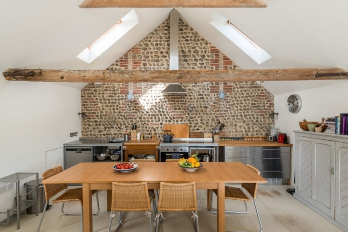 idée renovation grange, décoration cuisine étroite de style rustique avec équipement inox et meubles en bois clair
