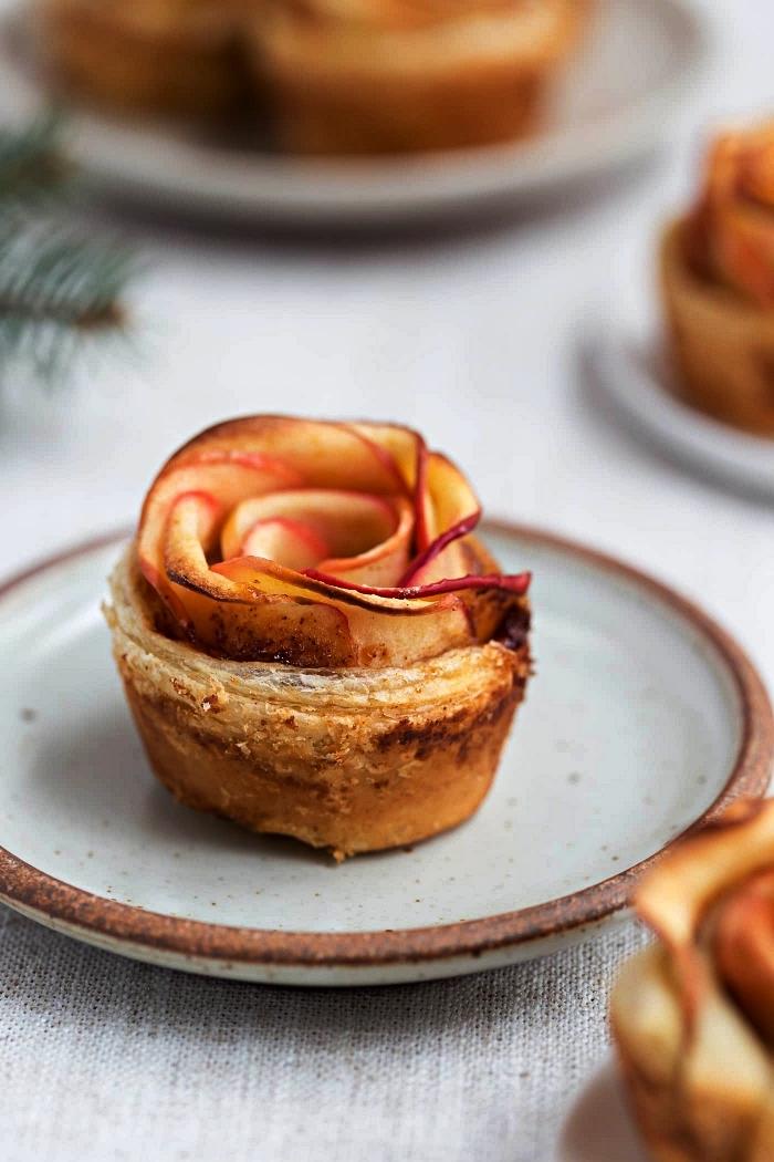 feuilletés aux pommes en forme de roses, dessert aux pommes vite fait, recettes d'automne à base de pommes